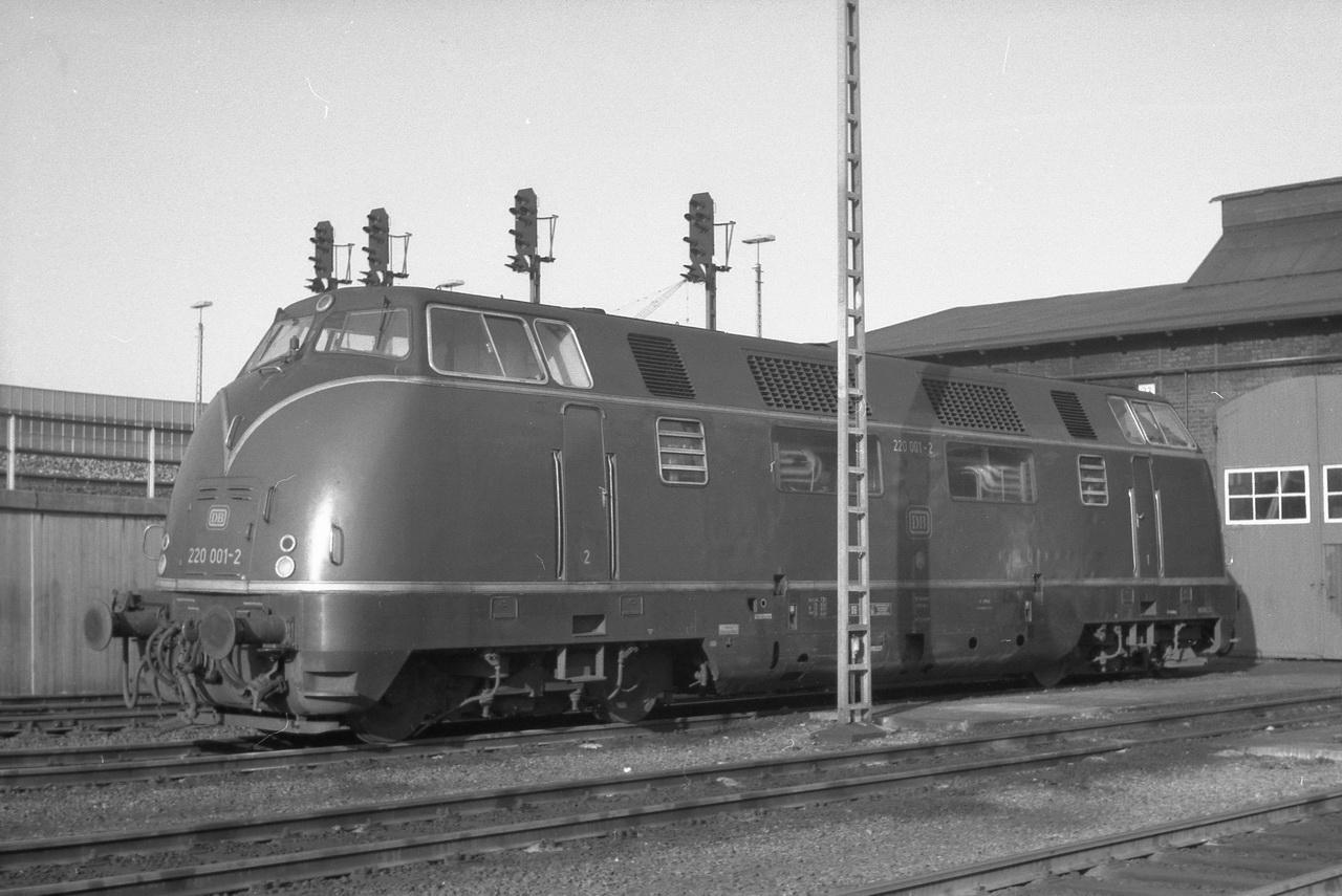 Meine besondere Aufmerksamkeit erregte damals natürlich die 220 001-2, die 1953 von Krauss-Maffei gebaut, als erste V200 am 21.Mai1953 ihre erste Probefahrt machte. Fast auf den Tag genau 24 Jahre vor meiner Reise. Es folgen 220 073-1, eine Lok der Baureihe 216, dann die bis zum Schluss mit ihren Zierleisten fahrende 220 061-6.