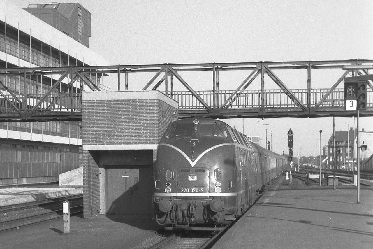 Mit dem D573 rollt die 220 070-7 in den Bahnhof, der mich zur nächsten Station nach Bremen bringen wird.