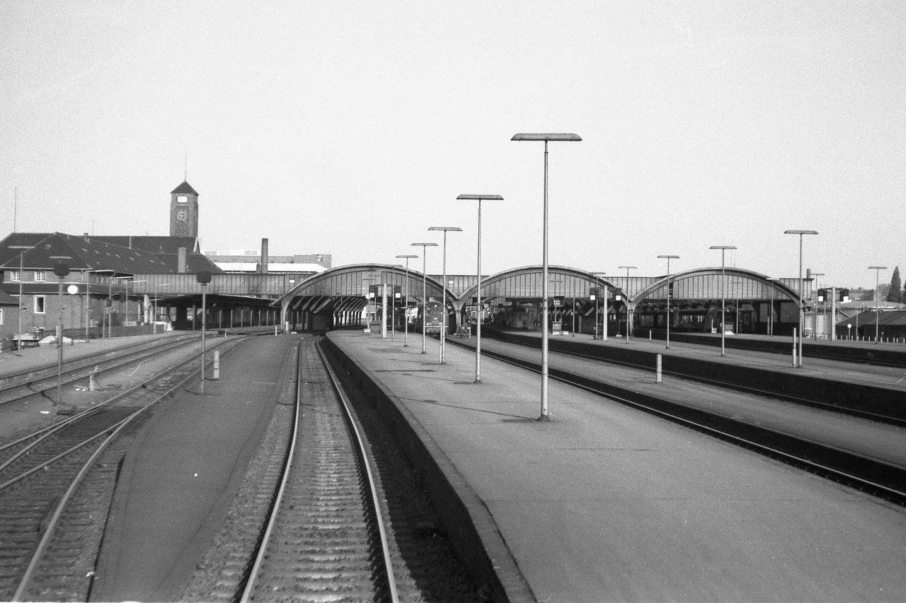 Aus dem letzten Wagen des Zuges gibt es noch einmal einen schönen Blick auf die Bahnhofsanlage, bevor der Zug wenig später die Huntebrücke passiert.