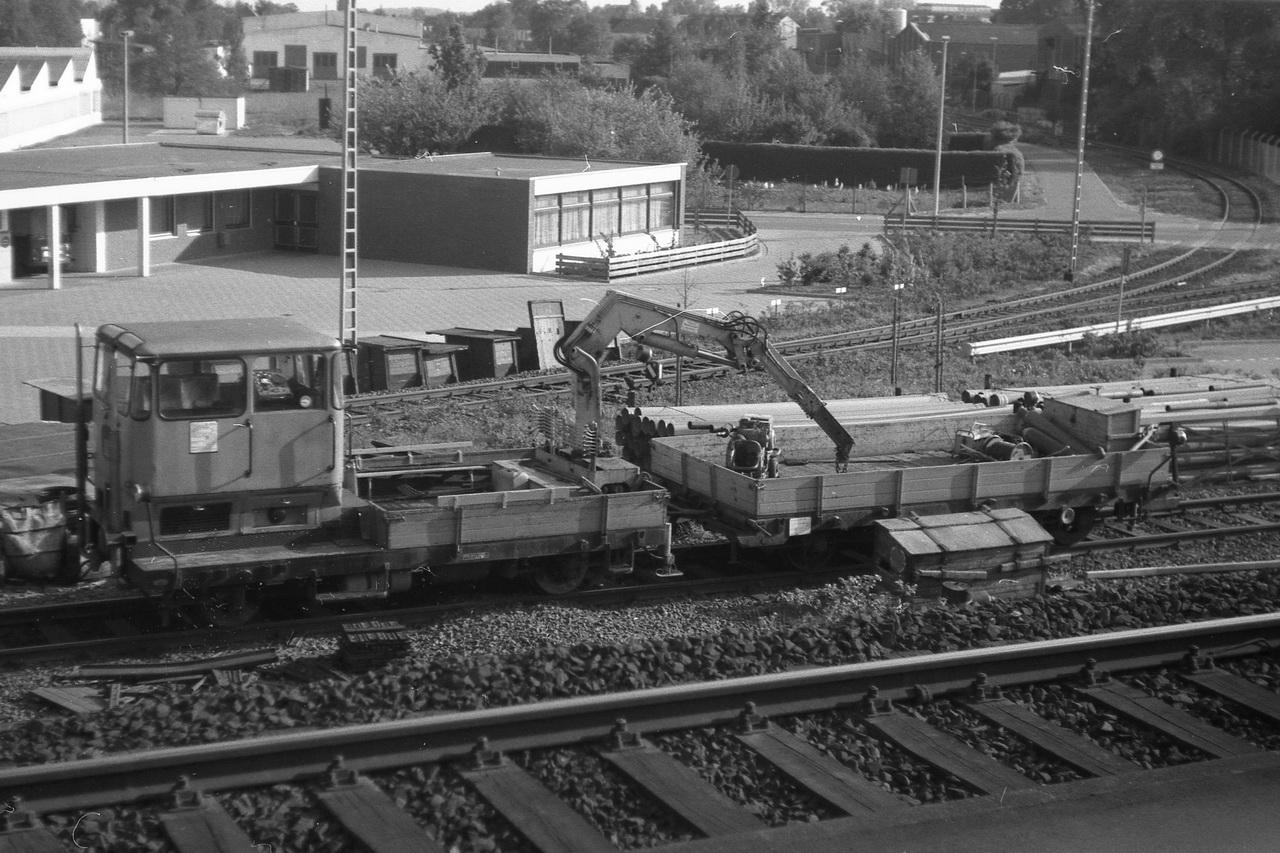 Auch unterwegs gibt es immer mal wieder Gelegenheit zu einem Bild aus dem Zugfenster. Damals ließen sich die Fenster ja noch öffnen. Hier ein Schwerkleinwagen mit Kran und Anhänger im Bahnhof Delmenhorst.