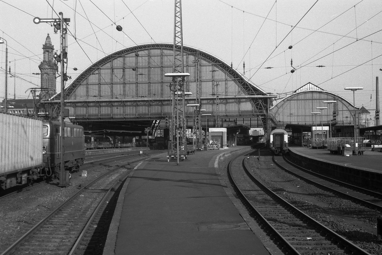 Bremen, Tor zur Welt. Mit seinem charakteristischen Hallendach ist der Bahnhof unverwechselbar. Leider herrschte an jenem Feiertagsmorgen dort nicht allzu viel Verkehr. Eine 140er rollt mit einem Containerzug auf dem Durchfahrgleis durch den Bahnhof.
