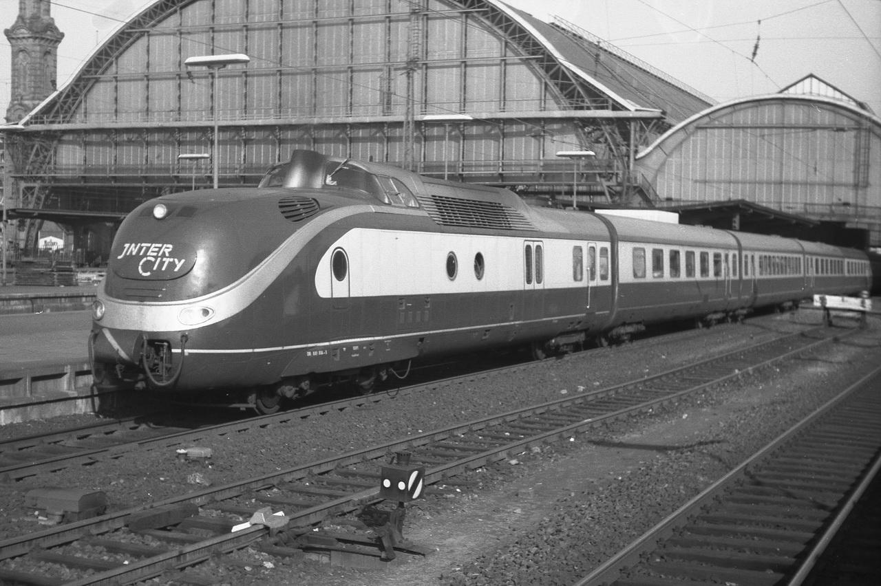 Doch schließlichgab es dann im ansonsten leeren Bahnhof doch noch ein kleines Highlight, als der Intercity Express in Form des 601 004-5 in den Bahnhof rollte. Doch jetzt hieß es auch schon weiter zur nächsten Station - der Zug nach Cuxhaven wartete. Und der straff geplante Plan ließ es ja nicht zu, etwas länger in Bremen zu verweilen.