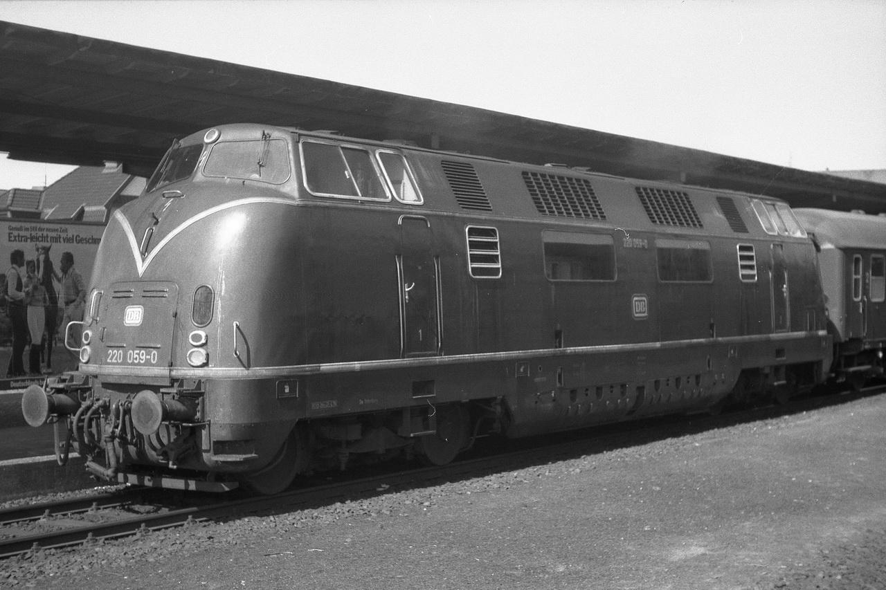 Am anderen Bahnsteig stand dort die 220 059-0 mit ihrem3 Wagen-Eilzug aus nach Bremen.