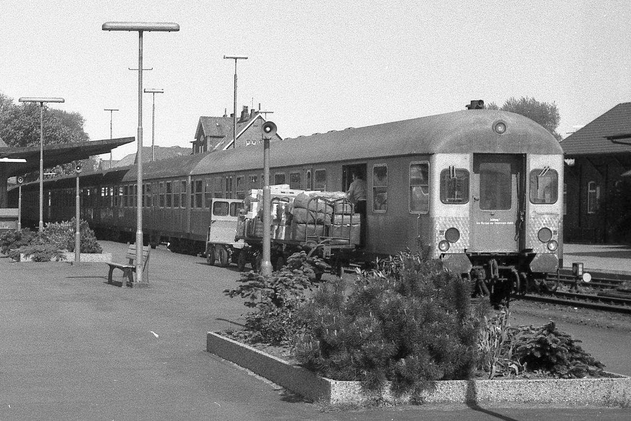Eine seinerzeit alltägliche Bahnsteigszene aus früherer Zeit - Silberlinge, Gepäckkarren und das Ein- und Ausladen an jedem Bahnhof.