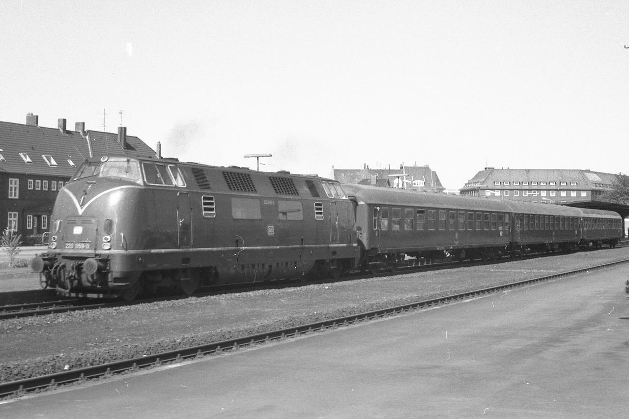 Der Eilzug bestand aus einem UIC-X Wagen 2. Klasse, gefolgt von einem Wagen 1./2. Klasse und wieder einem Wagen 2. Klasse. Da die Wagen schon die breiteren Fenster haben, gehören sie zu der Bauserie ab 1963, also Bm234 und ABm225. Der erste Bm234 hat schon die moderneren Drehfalt-Türen, während der folgende ABm225 und der Bm234 am Zugschluss noch die alten Drehtüren haben.
