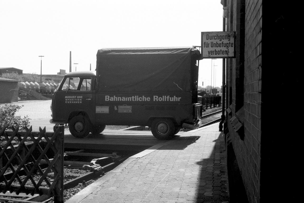 """Ordnungsgemäß trägt der VW Transporter auch sein Schild """"Gewerblicher Güterkraftverkehr"""". Und das daneben befindliche Koffersymbol deutet darauf hin, dass die Rollfuhr das Gepäck von Kurgästen auch zum Hotel liefert oder vielleicht auch zu den Schiffen der Seebäderflotte nach Helgoland an die """"Alte Liebe""""."""