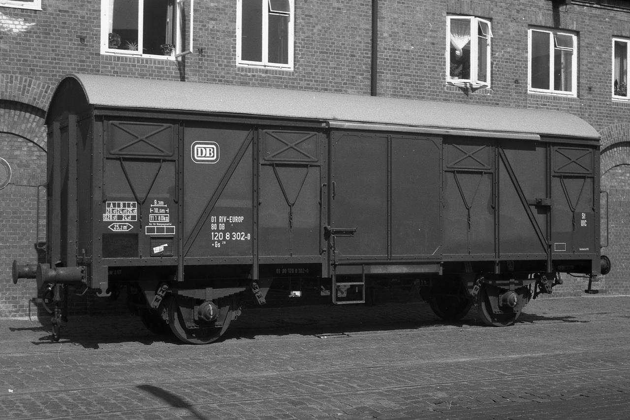 Einsam auf der Ladestraße steht der Gs210, 01 RIV-EUROP, 80 DB, 120 8 302-0, während der Gls205, 21 RIV, 80 DB, 133 3 987-2 und der Glms267, 21 RIV, 80 DB, 143 1 359-5 als Pärchen zusammengekuppelt warten.
