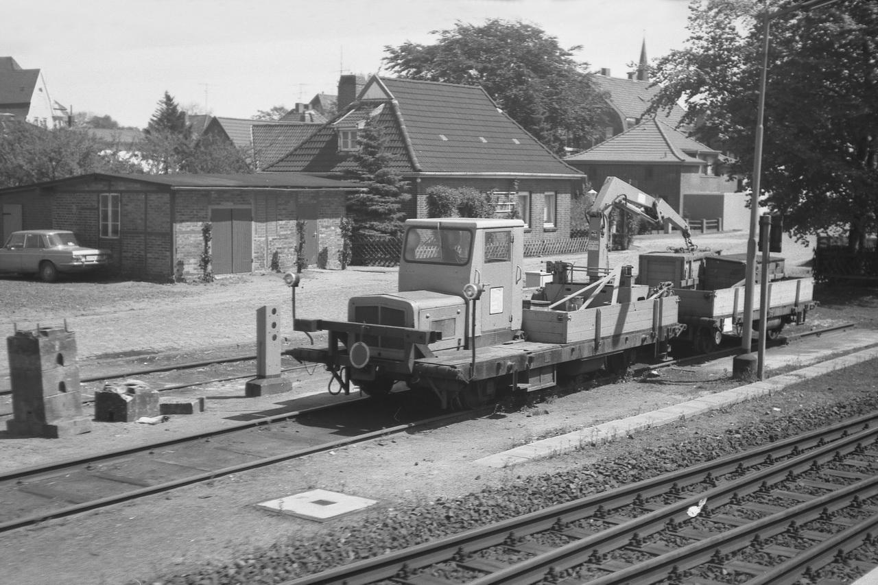 Als erstes gelangen wir nach Otterndorf. Erst sieht man den Güterschuppen. Auf einem Nebengleis wartet ein Schwerkleinwagen auf seinen nächsten Einsatz.