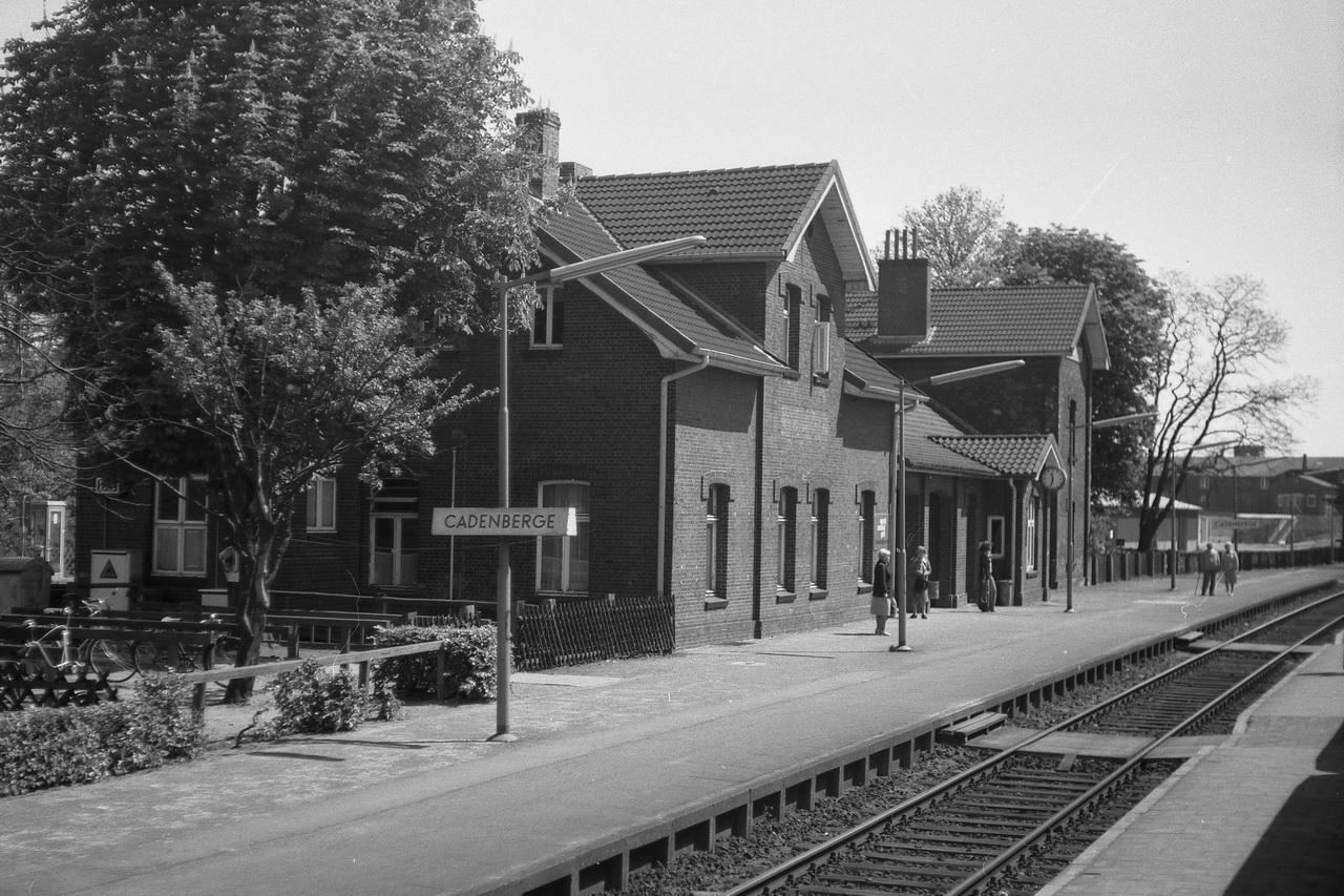 Dem Bahnhof sieht man deutlich die unterschiedlichen Bauabschnitte an. Aus dem ursprünglichen Haltepunkt entstand 1905 und 1912 das Empfangsgebäude in der hier sichtbaren Form.