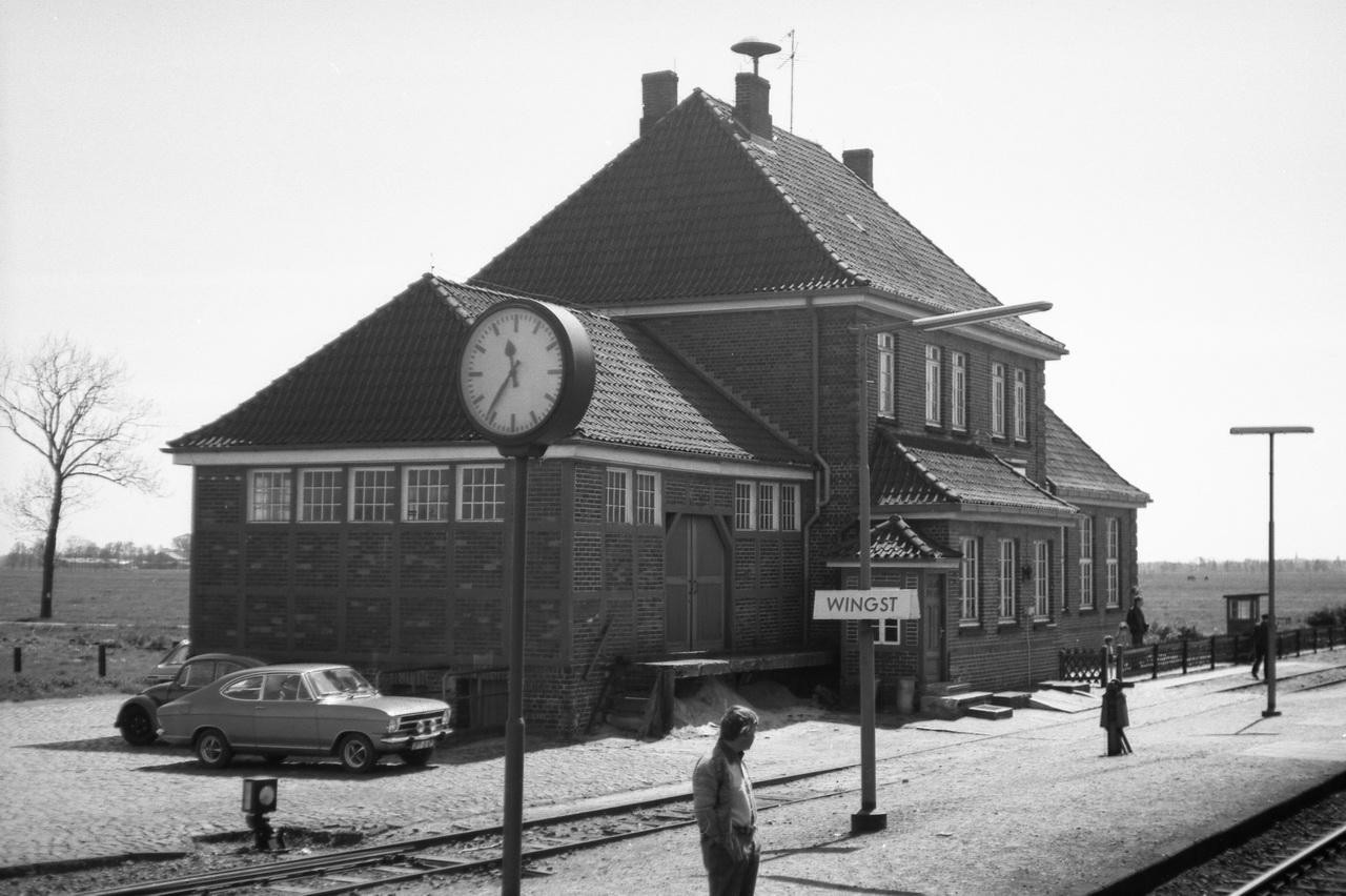 Von etwas anderer Architektur mit seinem integrierten Güterschuppen ist der Bahnhof Wingst (früher Höftgrube). Dieser Bahnhof wirkt wie aus einem Guß und nicht wie das Ergebnis von An- und Umbauten.