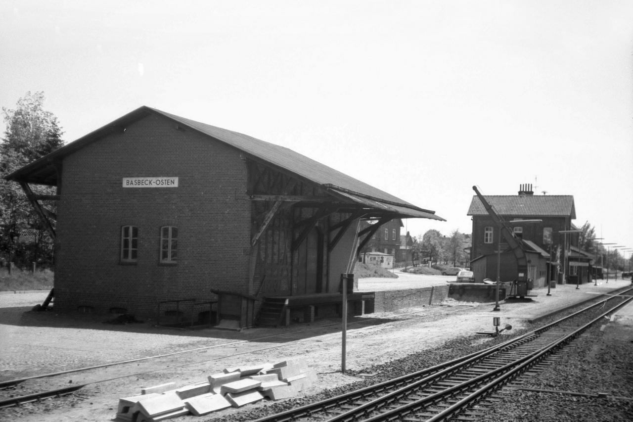 Weiter im Streckenverlauferreichen wir den Bahnhof Basbeck-Osten. Besonders beeindruckt hat mich der alte Kran am Gütergleis, der mir schon damals wie ein Relikt aus anderer Zeit vorkam.