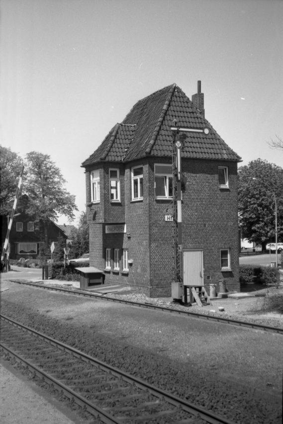 Kurz vor Stade dann schließlich der Bahnhof Himmelpforten mit dem malerischen Stellwerk und einem ländlichen Güterschuppen.