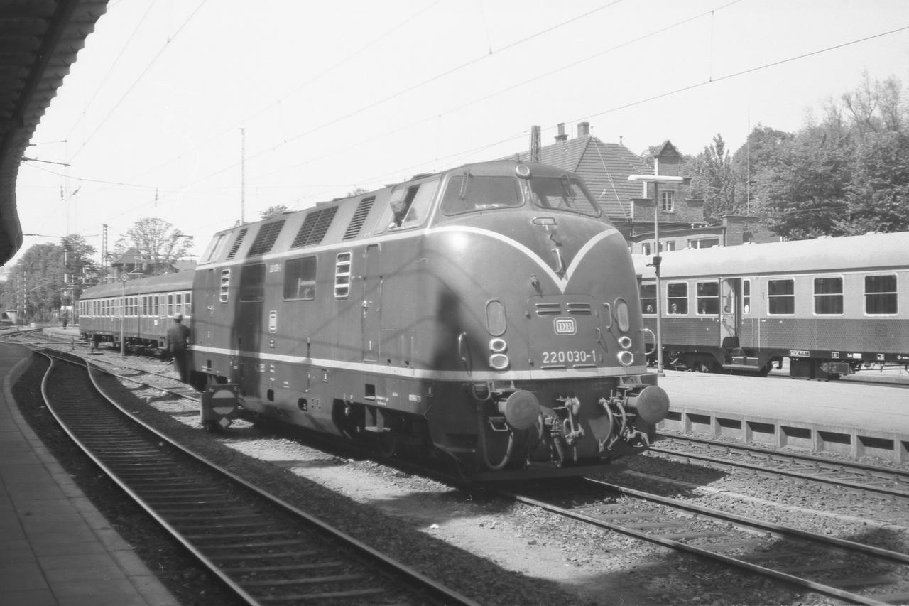Dieser Kurz-Zug mit der 220 030-1 hat mich von Cuxhaven nach Stade gebracht. Viel zu ziehen hatte die 2000PS starke V200 damit in jener Mittagsstunde nicht. Und sie kannjetzt auch in aller Ruhe umsetzen.