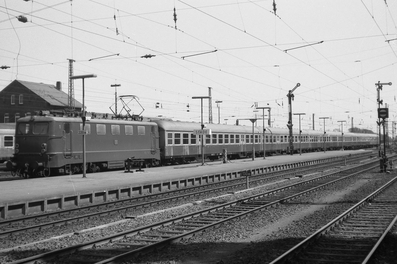 Auf dem anderen Bahnsteig verlässtdie 141 072-9 mit einem 6-Wagen Nahverkehrszug aus Silberlingen Stade in Richtung Hamburg. Hier ist die Strecke seit 1968 elektrifiziert.