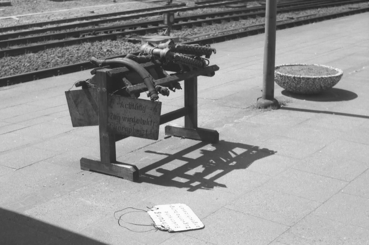 Dennoch finden sich auf den Bahnsteigen für die Züge auf den nicht elektrifizierten Strecken überall noch die Ständer für die Heizkupplungen. Verbunden mit dem Warnhinweis, dass die Züge elektrisch vorgeheizt