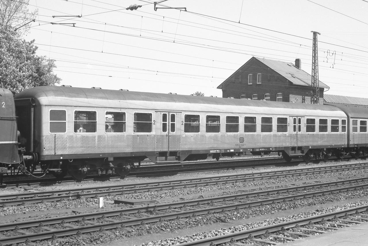 Hinter der Lokomotive Bnb 50 80 22-53223-0.