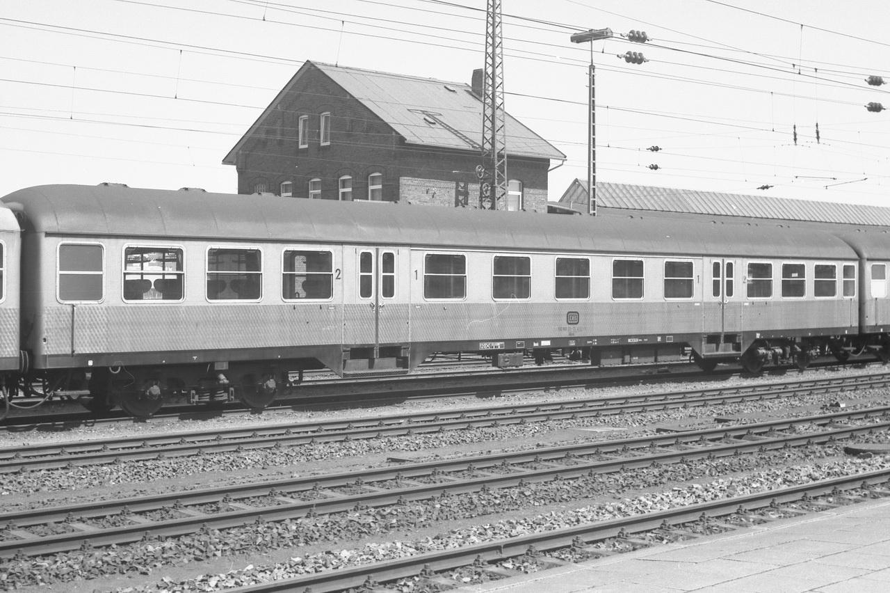 Hinter der Lokomotive auch ABnb, 50 80 31-11 432-7.