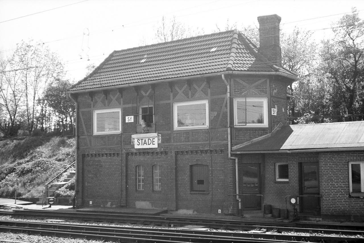 Daneben das Stellwerk Sf, das anders als das Stellwerk am Bahnübergang durch die grossen Fensterscheiben viel von seinem altertümlichen Charme verloren hat.