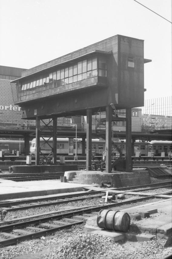 Immerhin gelingt ein Bild von dem alten, elektromechanischen Brückenstellwerk Hp aus dem Jahre 1933 vor der damals hochmodernen Horten Fassade. Nur wenige Tage später, am 12.06.1977 wurde es außer Betrieb genommen.