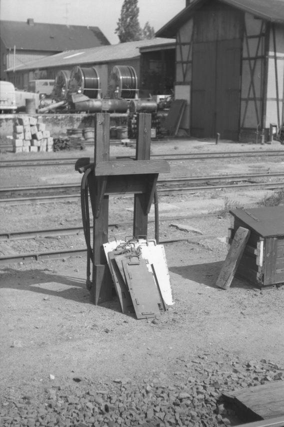 Und in dessen unmittelbarer Nachbarschaft die damals noch alltäglichen Ständer für Luftschläuche, Heizkupplungen und Zuglaufschilder. All das ist im heutigen, automatisierten Bahnbetrieb verschwunden.