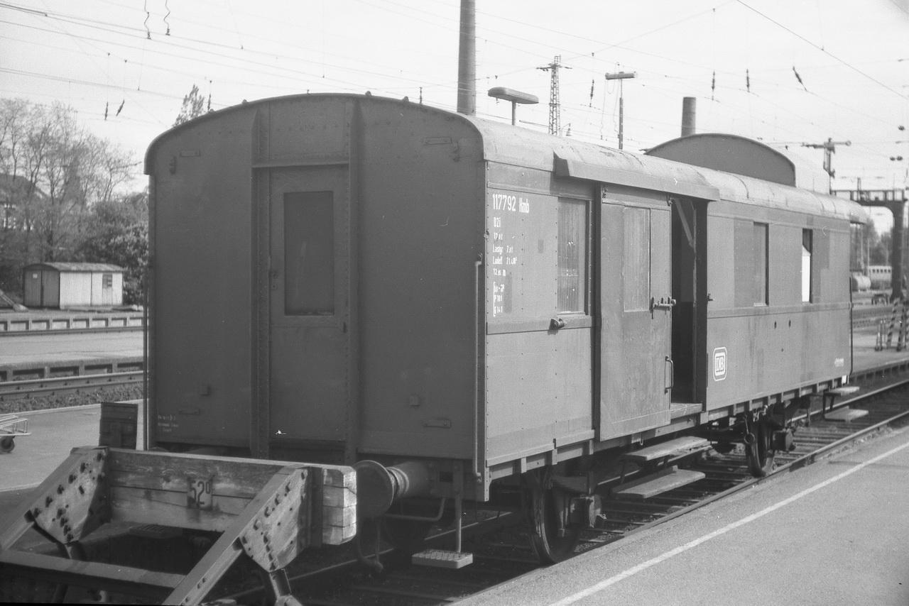 Ein ungewöhnlicher Anblick war dieser Packwagen schon im Jahre 1977. Doch hier stand er - ein D2i, 117 792 Hmb. Eine moderne Computer-Nr. hatte er schon nicht mehr erhalten.