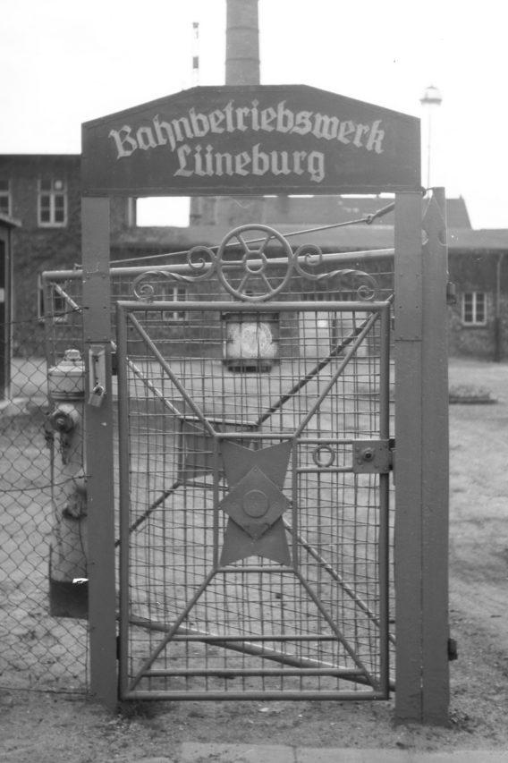 Auch ein altes Eingangstor zum Bahnbetriebswerk Lüneburg findet sich hier.
