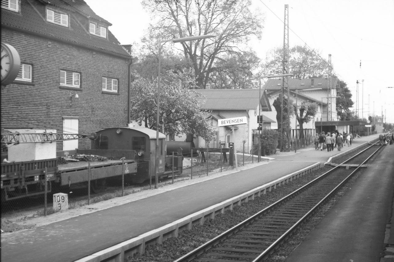 Auf der Fahrt von Lüneburg nach Celle passieren wir den Bahnhof Bevensen, wie er damals noch hieß. Damals gab es dort noch eine Ortsgüteranlage und sogar eine Kleinlok der LG II war dort stationiert.