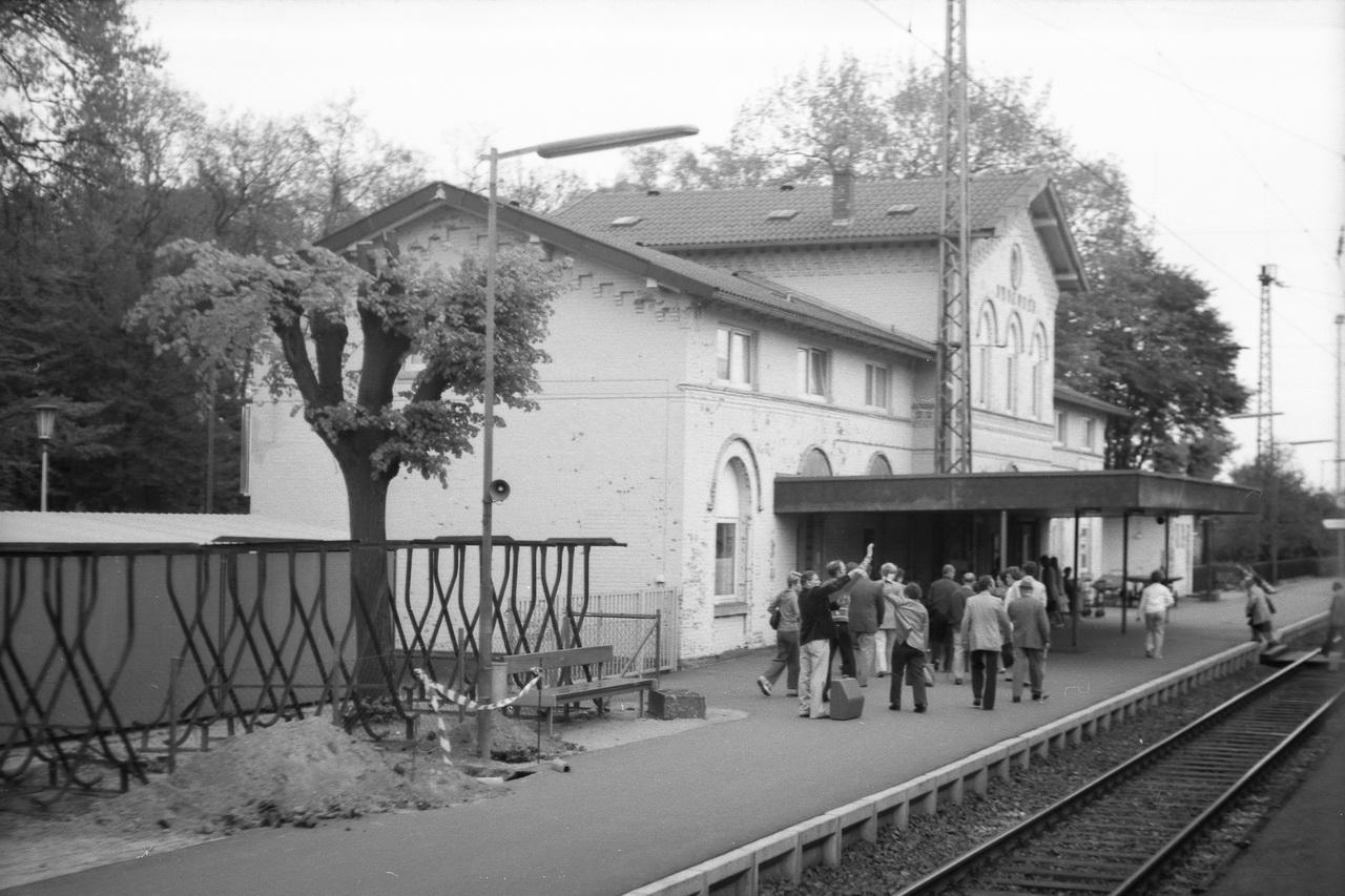 """Heute ist der Bahnhof ein """"Haltepunkt"""" an der Rennbahn von Hannover nach Hamburg. Nur die 2 Durchfahrgleise sind geblieben. Dafür erstrahlt das Bahnhofsgebäude wieder im ursprunglichen Farben mit den hellen Backsteinziegeln statt des hellgelben Anstrichs."""