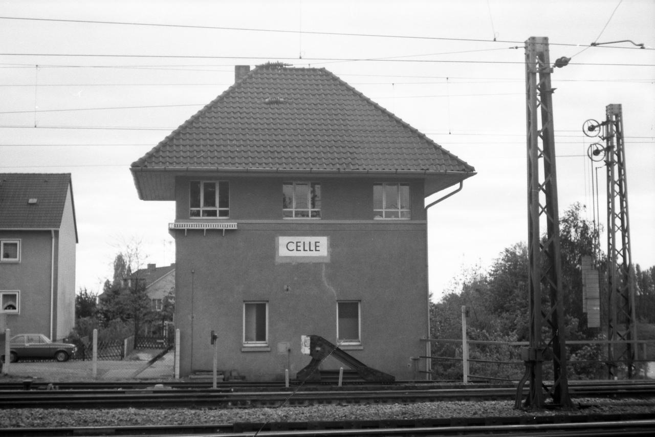 Nächster Halt auf der Reise zurück nach Nienburg ist Celle. Die Pause reicht für einen Fußmarsch vom Bahnhof zu den Betriebsanlagen der OHE. Ein altes Stellwerk grüßt längs des Weges.