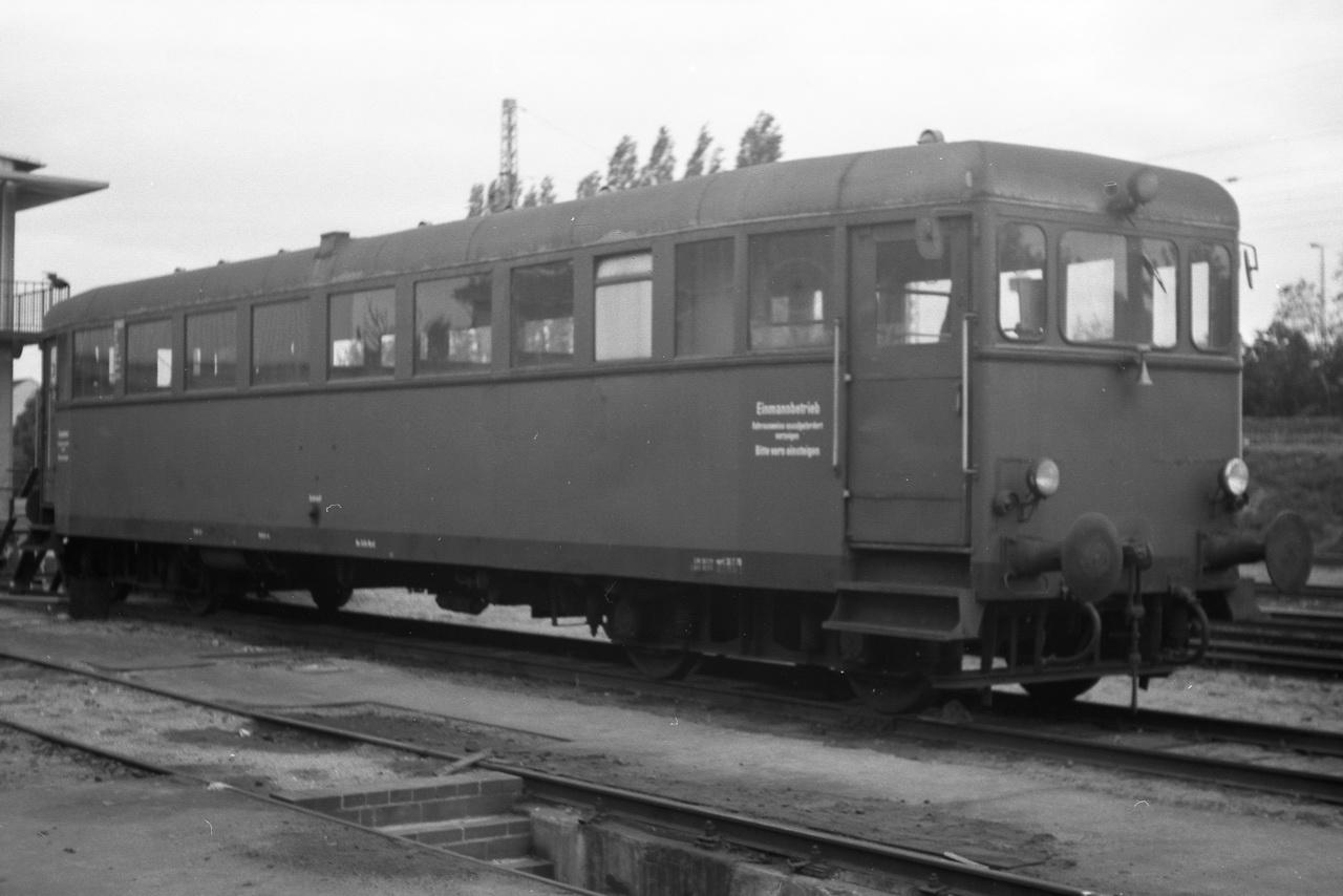 Leider sind mittlerweile Wolken aufgezogen und das trübe Licht erschwert das Fotografieren. Dennoch lässt sich bei der OHE, der Osthannoverschen Eisenbahnen A.G. noch ein bunter historischer Fahrzeugpark ablichten. Da ist zum einen der DT0503.