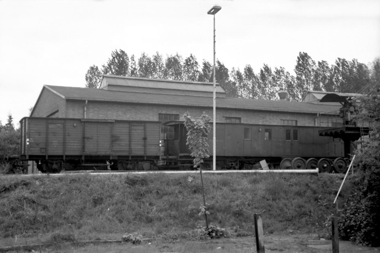 Daneben der Hilfszug, bestehend aus G-Wagen G 1065 (links) und Gerätewagen 1180 (rechts).