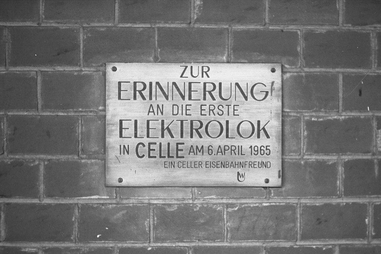 Irgendwo auf dem Bahnhof findet sich eine Erinnerungstafel an die erste Elektrolok in Celle am 6.April 1965, gestiftet von einem ungenannten Celler Eisenbahnfreund. Damals war das erst 12 Jahre her.