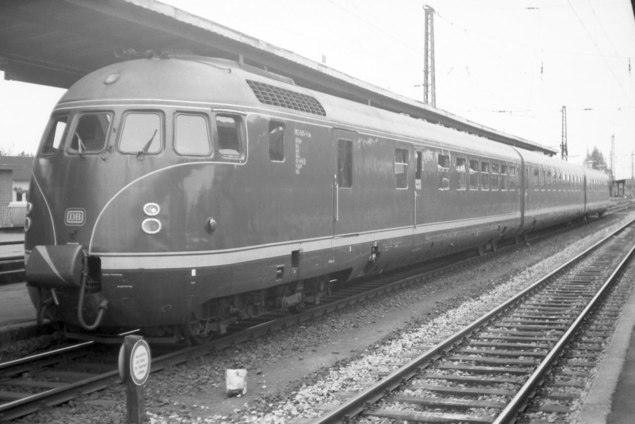 """Nach dem Abstecher zur OHE waren noch drei Etappen zu meistern. Das vorletzte Teilstück von Celle nach Uelzen führt zurück nach Norden um von dort dann weiter nach Langwedel und von dort wieder nach Nienburg zu gelangen. Ein langer Tag neigte sich allmählich dem Ende entgegen. Zu meiner Freude begegnete mir in Uelzen noch eine Garnitur """"Eierköpfe"""", der 613 605-5 mit 913 605-2, die auf der Westseite des Bahnhofs auf ihre Weiterfahrt wartete."""