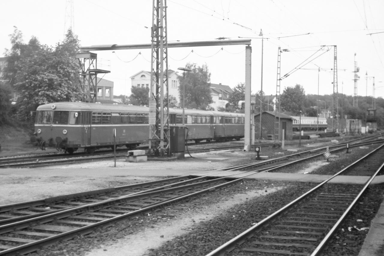 Auch eine 798er Schienenbusgarnitur wartete dort auf ihren nächsten Einsatz. Im Hintergrund eine ozenblau-beige lackierte 614 Garnitur.