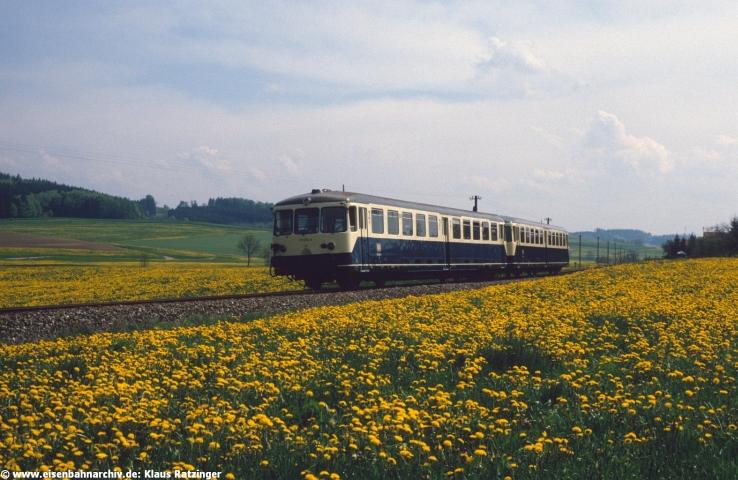 18.05.1984: 515 018 mit N 6814 im Löwenzahn-Meer bei Reichertshofen.