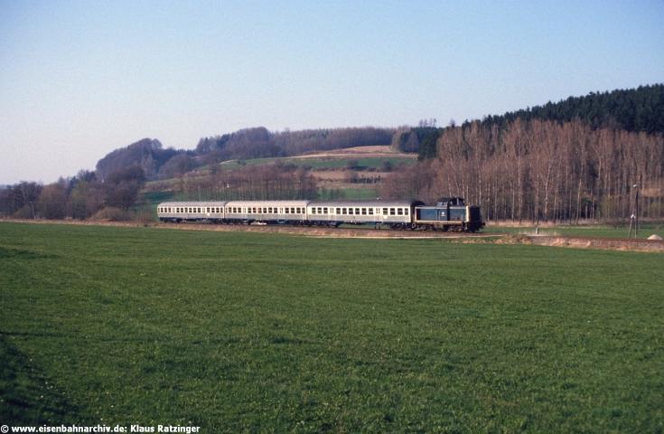19.04.1985: 212 100 mit N 6090 bei Walkertshofen.