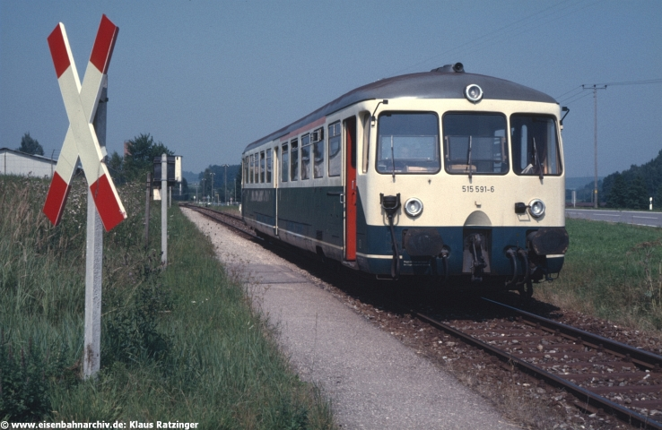 30.08.1985: 515 591 mit N 6058 im Haltepunkt Gumpenweiler. Links im Hintergrund das Bundeswehrdepot, das über einen Gleisanschluss verfügte.