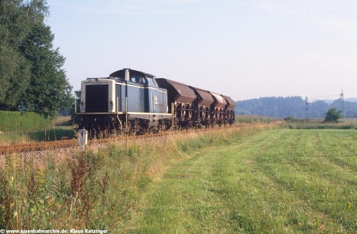 Im Winter 1987/1988 endeten die Einsätze der Diesellok BR 212 und Akku-Triebwagen BR 515 / 815 im Fahrgastverkehr, ab Sommerfahrplan 1988 übernahmen die Schienenbusse BR 798 / 998 die Personenzugleistungen komplett. 08.08.1988: 212 181 hatte mit Ng 69804 gerade Gessertshausen auf dem Weg nach Süden verlassen.