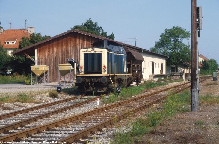 08.08.1988: 212 181 drückte den Getreidewagen an die Laderampe.