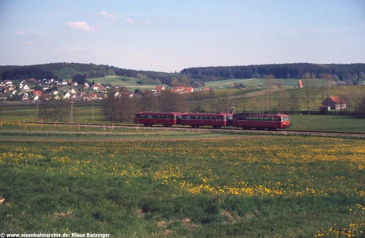 02.05.1990: 798 647 mit N 6060 dieselte bei Fischach durch die Frühlingswiesen.