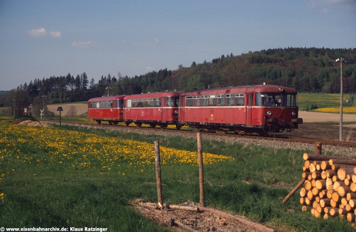 02.05.1990: 798 647 und 998 272 mit N 6060 bei Reichertshofen.