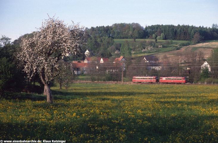 02.05.1990: 798 532 und 998 722 mit N 6062 bei Walkertshofen.