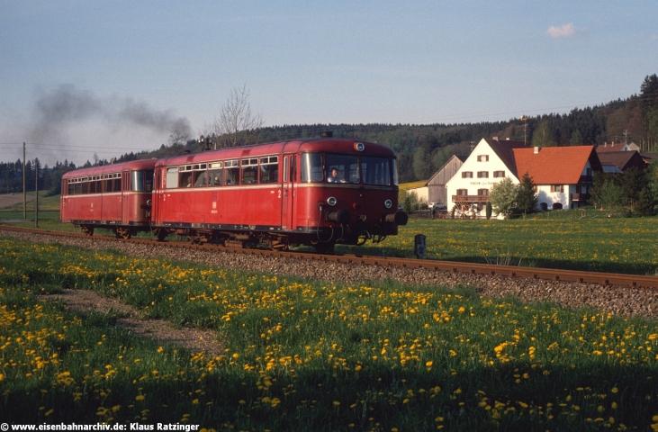 02.05.1990: Volle Kraft voraus - 798 532 mit N 6062 bei der Ausfahrt in Reichertshofen.