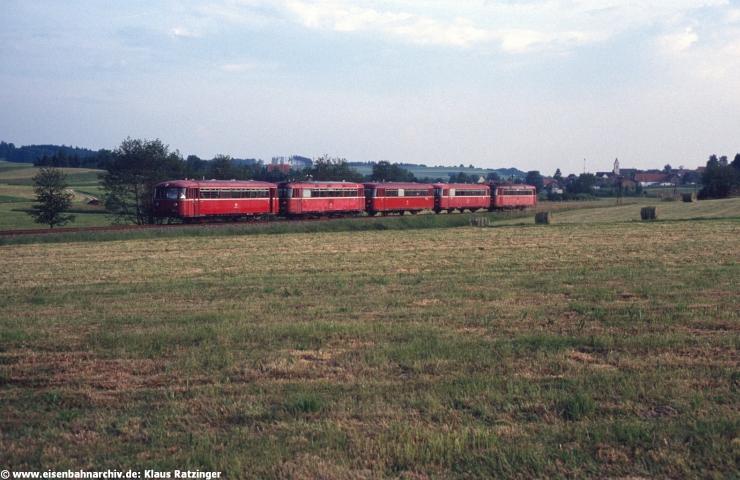 23.05.1990: Immer Freitagsabend rollten die beiden etwa im Stundenabstand nach Markt Wald fahrenden Berufsverkehrszüge lange Zeit als Leergarnitur - zuletzt dann als planmäßiger Nahverkehrszug - zusammengekuppelt nach Augsburg zurück. 798 693 mit Lr 33997 nach Augsburg.