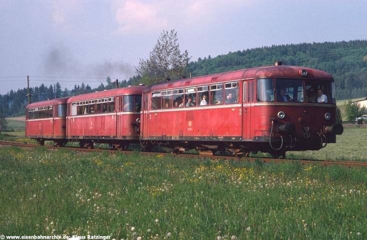 29.05.1991: Solch volle Züge hätte sich die Staudenbahn gewünscht - kurz vor Torschluss waren die Züge voll. 798 795 mit N 6060 bei der Ausfahrt in Reichertshofen.