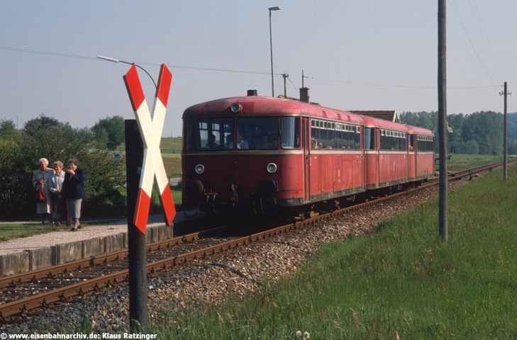 31.05.1991: 798 795 und 998 272 mit N 6054. Damit endete für die Anwohner die Zeit zwar spärlich, aber überhaupt nach Augsburg fahren zu können.