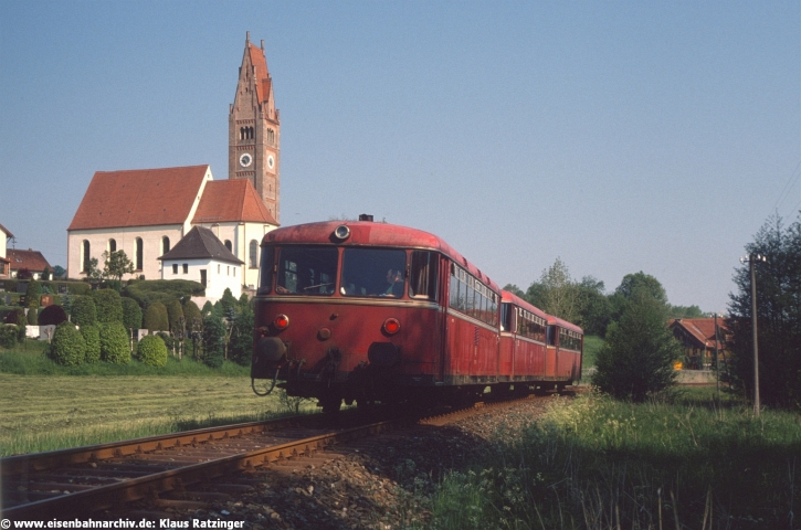 31.05.1991: Vorbei am Friedhof von Walkertshofen fuhr 798 795 mit 998 635 als N 6057 zurück nach Gessertshausen.