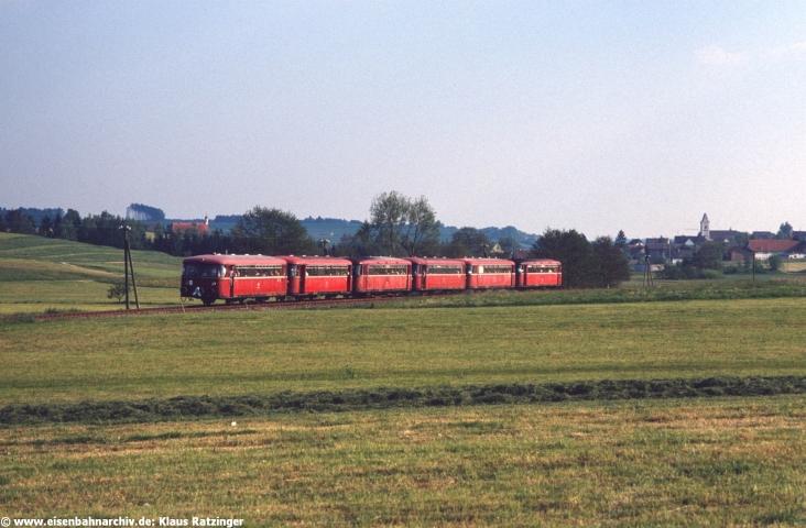 Mit einer Schleife geschmückt: der letzte planmässige Personenzug der Deutschen Bundesbahn. 798 752 und 798 795 mit N 6063 am 31. Mai 1991 bei Mittelneufnach.