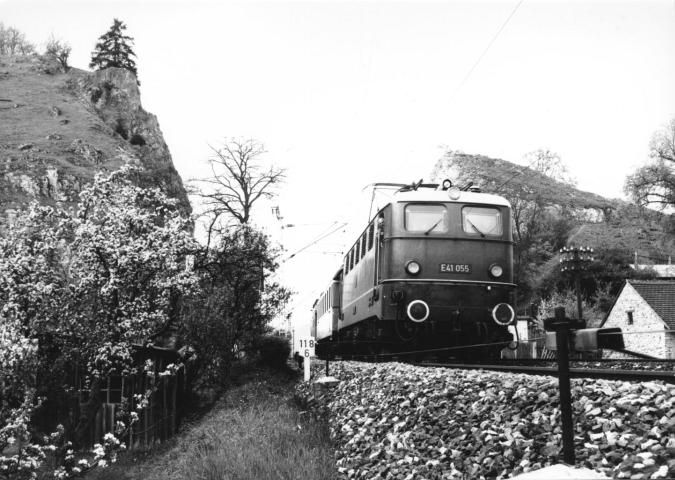Mai 1962: E41 055 beim Felseinschnitt von Dollnstein