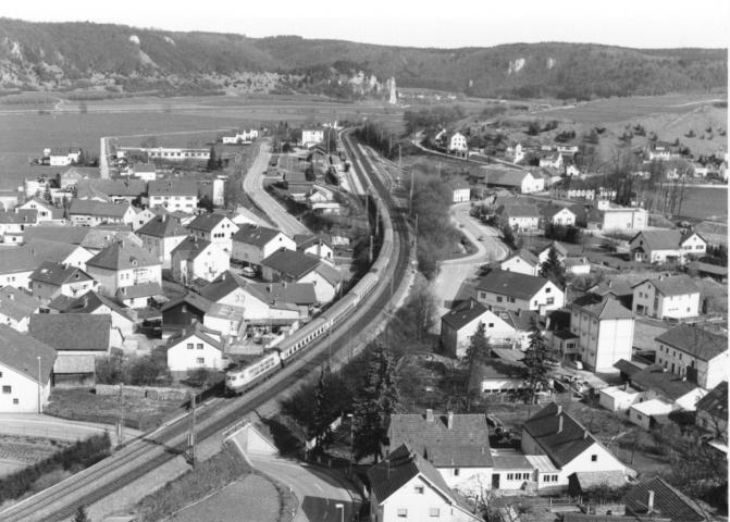 07.09.1986: Blick auf IC und die Gleisanlagen des Bahnhofs Dollnstein